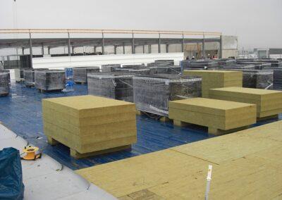 Flachdachneubau einer Produktionsstätte mit nichtbrennbarer A1 Wärmedämmung aus Steinfaserplatten und weichmacherfreien FPO Kunststoffdachbahnen SARNAFIL in Blomberg