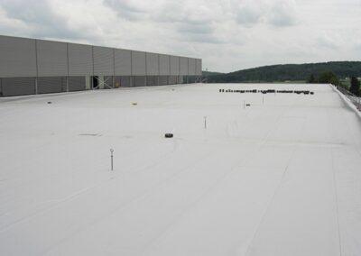 Flachdachabdichtung eines Neubaues mit Sarnafil FPO Dachbahnen mechanisch befestigt in Blomberg