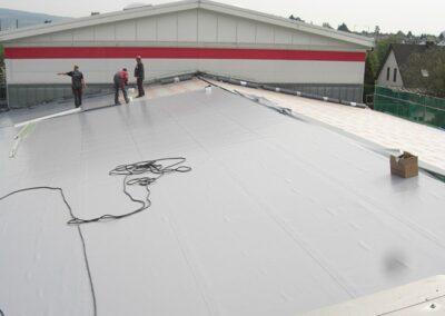 Flachdachsanierung mit PVC Kunststoff-Dachbahnen Rhenofol CV mechanisch befestigt in Lemgo