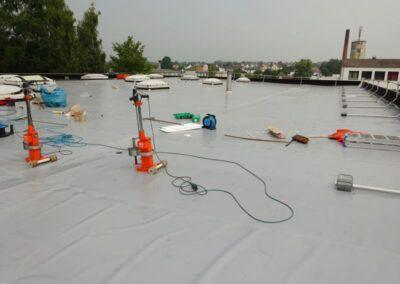 Flachdachsanierung einer Lagerhalle mit PVC Kunststoff-Dachbahnen Rhenofol CV 1,8mm in Lemgo