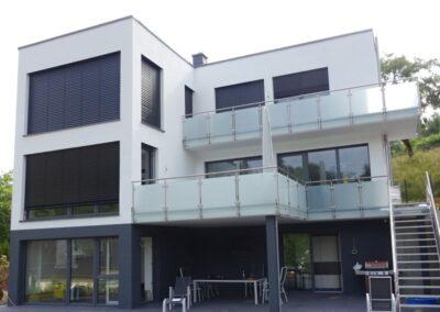 Fachdachabdichtung eines Wohnhausneubaues in Detmold mit Polystyrol Gefällewärmedämmung und Bauder Elastomerbitumen-Dachbahnen KSA DUO und Oberlage KARAT