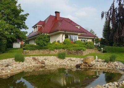 Dacheindeckung mit rot glasierten Biberschwanzziegeln