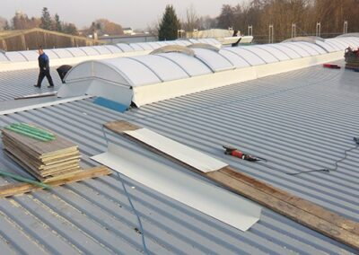 Dachsanierung mit Trapezblechen, Lichtbändern und Abdichtung in Dörentrup