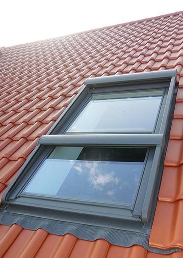 Velux Dachfenster mit Zusatzelement und Rolladen in Dörentrup