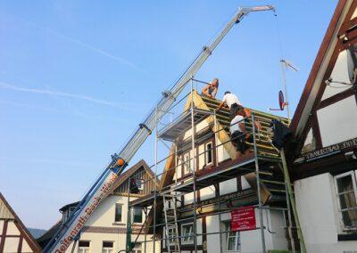 Autokran bei einer Dacheindeckung in Barntrup
