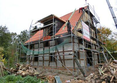 Dacheindeckung eines denkmalgeschützten Fachwerkhauses mit naturroten Ton-Hohlfalzziegeln