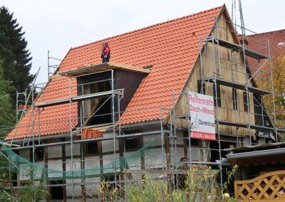 Dacheindeckung eines denkmalgeschützten Fachwerkhauses mit naturroten Jacobi Hohlfalzziegeln