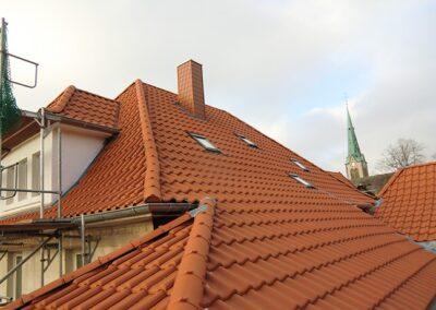 Dacheindeckung mit Ton-Flachdachziegeln