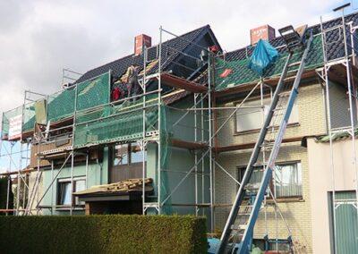 Dacheindeckung mit glasierten Ton-Flachdachziegeln