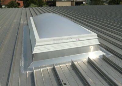 Lichtkuppel mit wärmegedämmten Metall-Aufsetzkranz in einer Kal-Zip Dacheindeckung in Lemgo