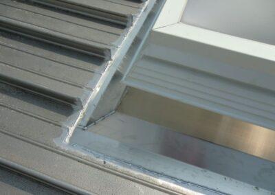 Eingeschweisster Metall-Aufsetzkranz aus Aluminium in einer KAL ZIP DacheindeckungA