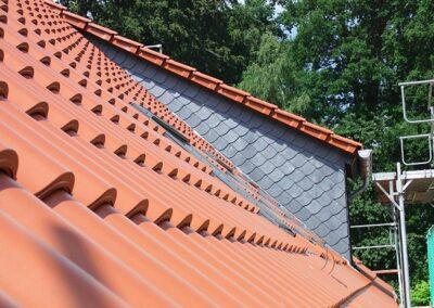 Dacheindeckung mit naturroten Ton-Hohlfalzziegeln