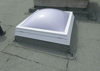 Lichtkuppel mit Sicherheitsrahmen und Aufsetzkranz in einer bituminösen Dachabdichtung in Lemgo
