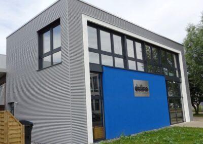 Fassadenbekleidung mit Aluwelle und Dachabdichtung mit Elastomerbitumen-Schweissbahnen