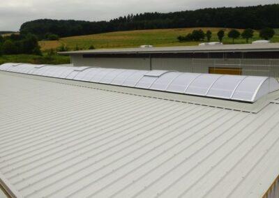 Fertiggestelltes Lichtband in einem neuen Isodach im Extertal