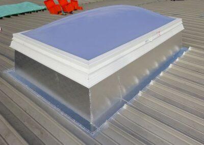 Lichtkuppel in einer Dacheindeckung aus Aluminiumscharen